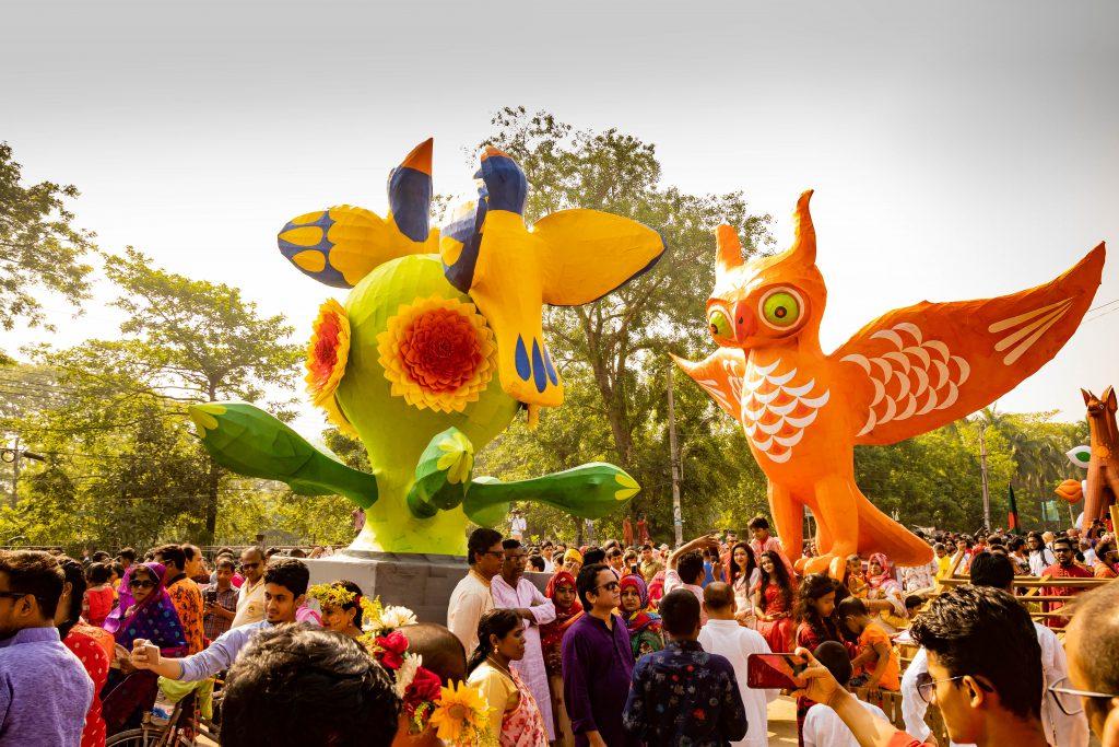 kleurrijke Mongol Shobha Jatra-processie in Dhaka Bangladesh - Bengaals NIeuwjaar