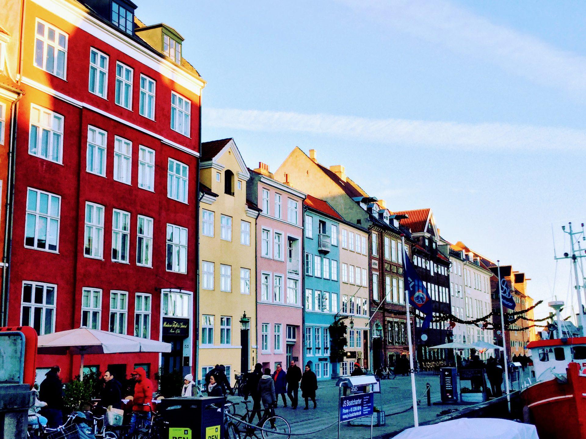 drukste en meest toeristische plek van Kopenhagen heen, al is het toch leuk ook dit even gezien te hebben. De gekleurde huisjes en de mooie schepen zijn het beeld wat je in je hoofd hebt als je naar Kopenhagen komt.