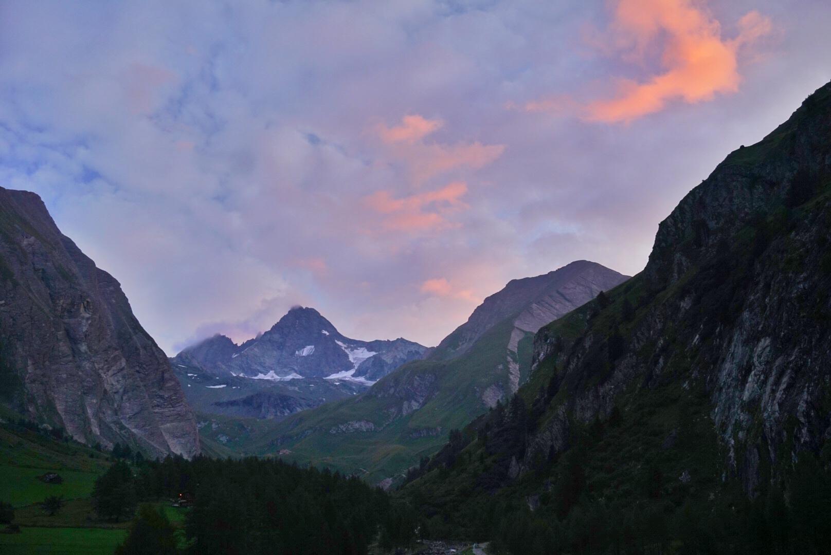 Zonsopgang of zonsondergang tijdens het hiken in Oostenrijk - duurzaam reizen