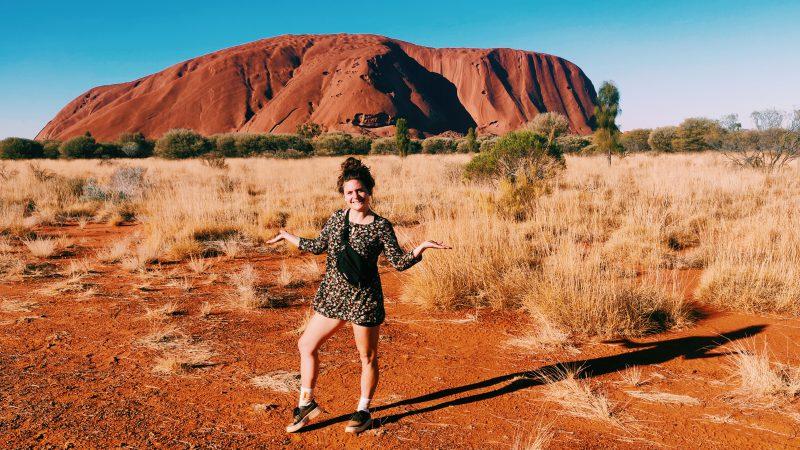 TravelRebel gastblogger Djoelie aan de voet van Uluru - Ayers Rock- Outback Australië