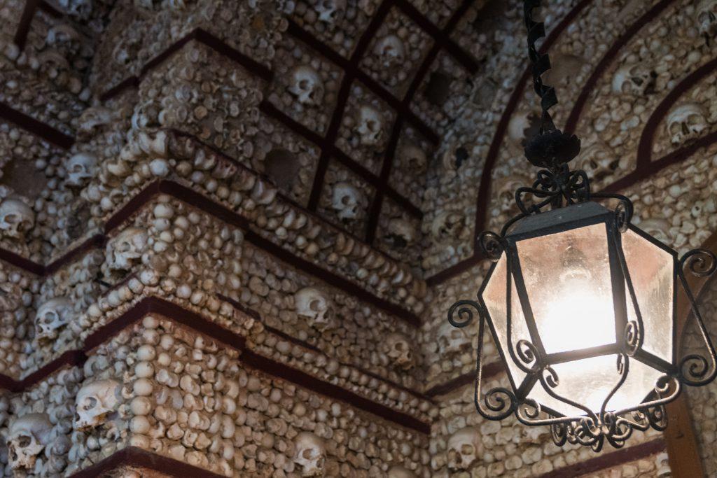 Capela dos Ossos. Deze kleine kapel achter de Igreja do Carmo kerk werd volledig opgetrokken uit schedels en botten van oude monniken