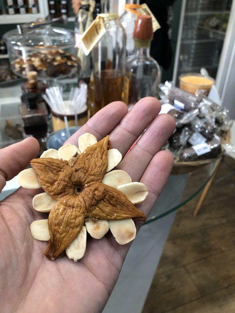 de estrela, een snack bestaande uit een vijg en amandelen