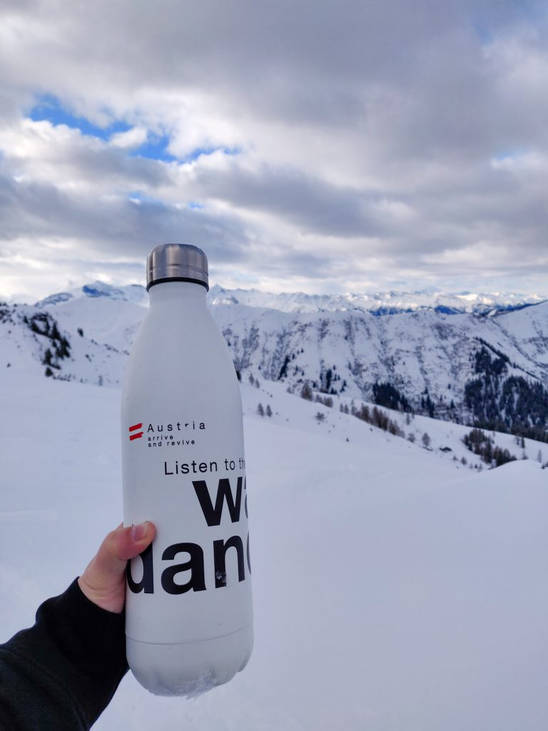Reusable bottle on the slopes - sustainable tourism