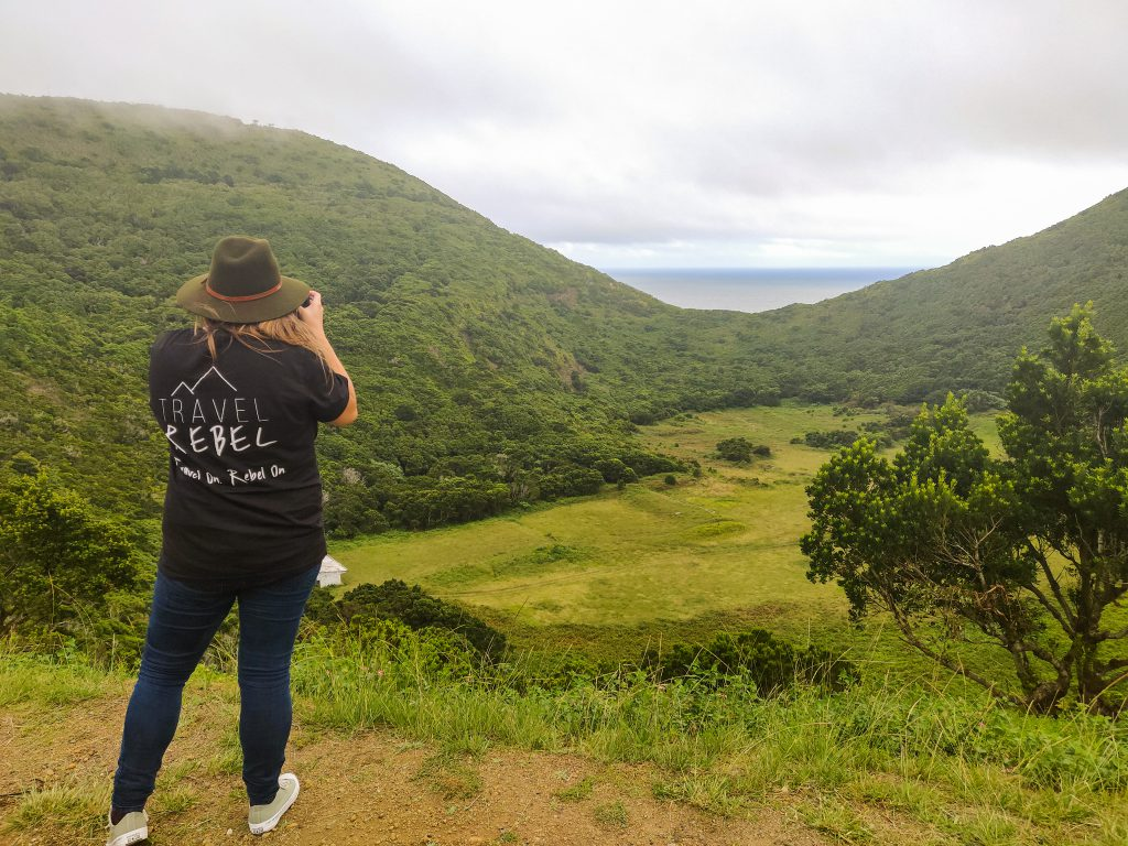 TravelRebel in de Azoren. De Azoren als duurzame reis bestemming. Groene vlaktes en zicht op de Atlantische oceaan.