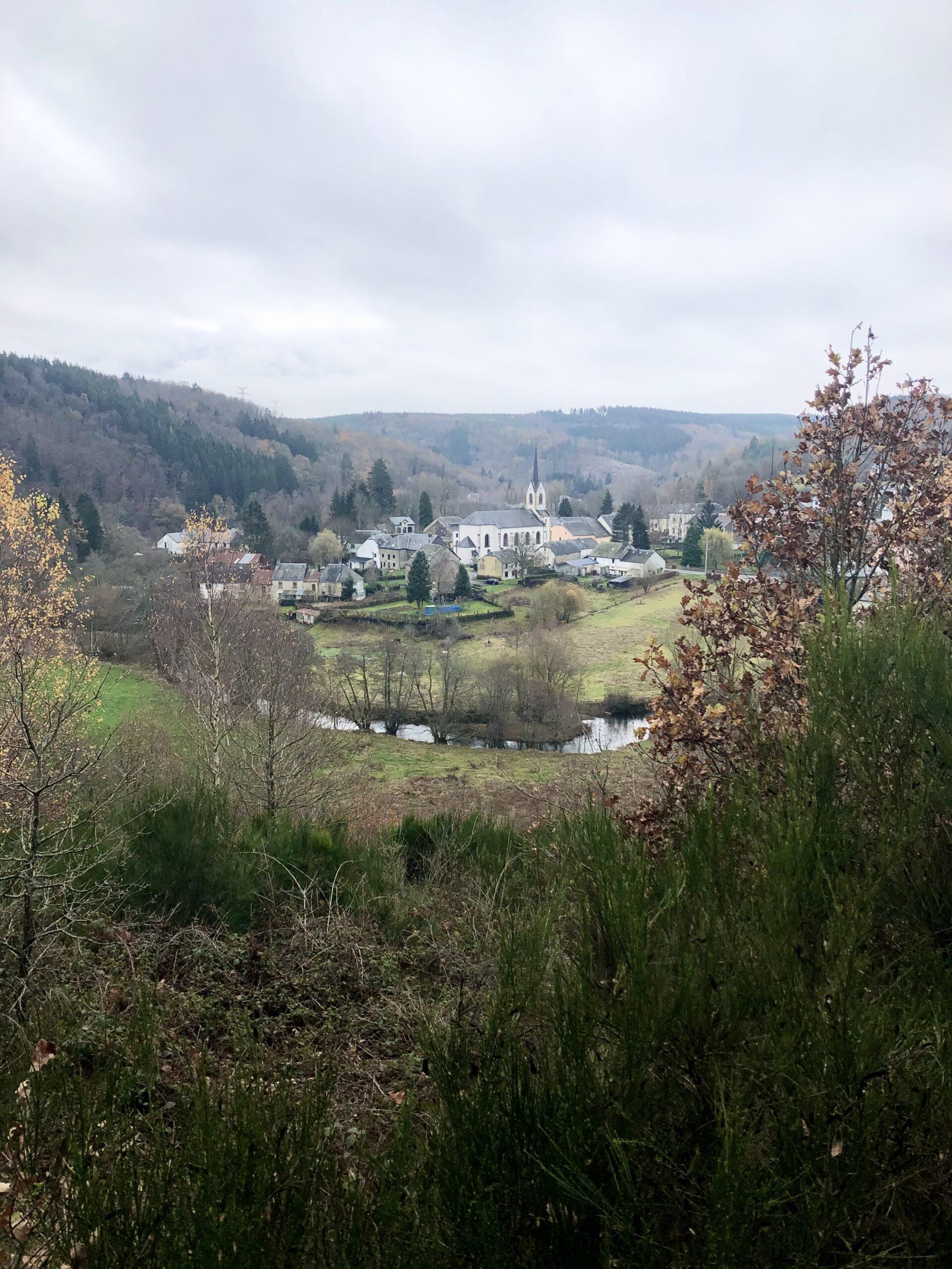 Zicht op het dorpje Radelange tijdens de wandeling