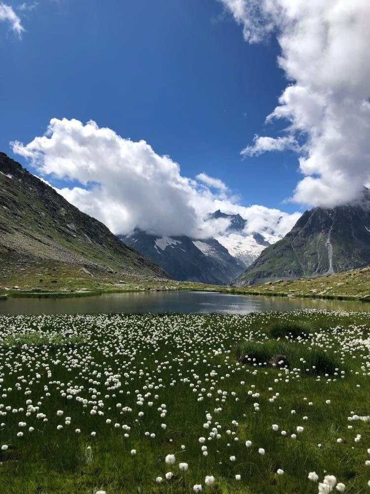 Uitzicht over de Märjelen-Stausee in Zwitserland tijdens een bergwandeling