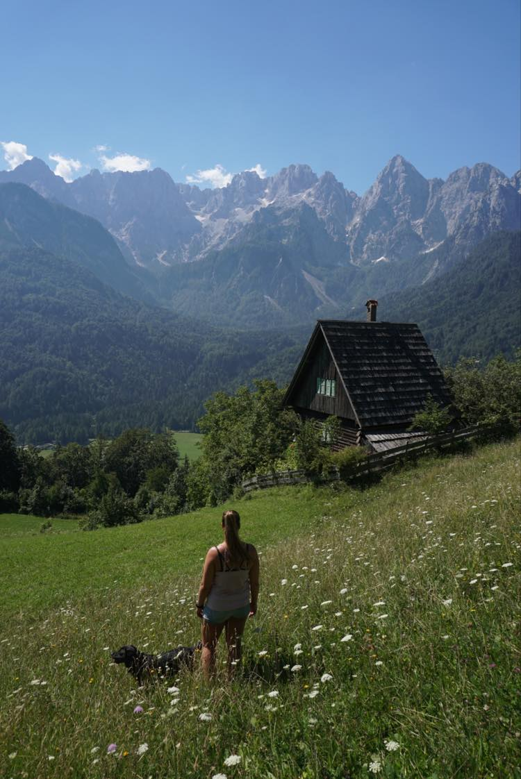 TravelRebel Silke kijkt uit over het bergdal in Slovenië vanuit Kransjka Gora