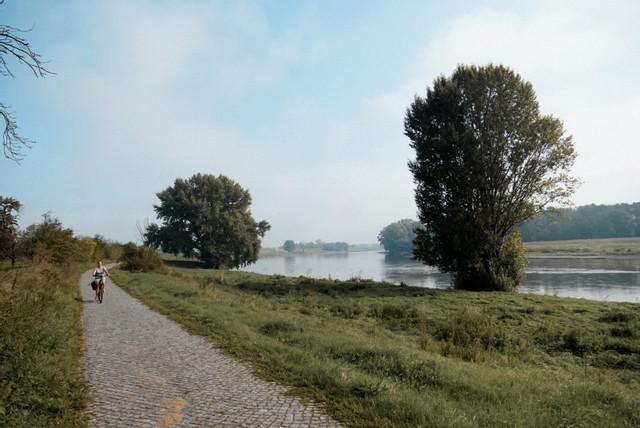 Fietsers rijdt over de Elberadweg